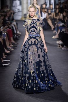 See all the Elie Saab Haute Couture Fall 2016 looks from the runway. Elie Saab Couture, Haute Couture Paris, Haute Couture Looks, Style Couture, Couture Fashion, Runway Fashion, Gala Dresses, Couture Dresses, Evening Dresses