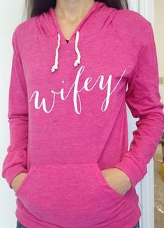 'Wifey' sweatshirt in hot pink rstyle. Fuchs Silhouette, Winter Outfits, Cool Outfits, Honeymoon Style, Online Clothing Boutiques, Classy And Fabulous, Boutique Clothing, Vinyl Clothing, Fitness Fashion