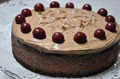 Prieteni dragi, va place ciocolata?! Dar visinele? Daca ati raspuns afirmativ, inseamna ca veti savura impreuna cu noi acest tort cu ciocolata si visine, pe care i l-am facut lui mami de ziua ei. La multi ani, mami draga, te iubim din tot sufletul!!!! Si promit ca-ti fac si-o portie de amandine!!!! :D Tortul se face foarte usor si, foarte important, nu are gelatina!!!! :D Va stept, asadar, cu impresii! Ingrediente: Pentru blat: 150 g unt 100 g ciocolata amaruie (50% cacao) 4 oua 80 g faina… Cheesecake, Pie, Sugar, Sweet, Desserts, Food, Recipes, Torte, Candy