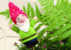 Crocheted gnome (the link works but it's not in English) Hobbies And Crafts, Gnomes, Dinosaur Stuffed Animal, Christmas Ornaments, Toys, Holiday Decor, Crochet, English, Link
