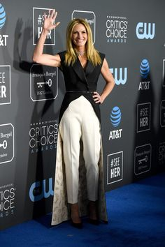 Julia Roberts attends the annual Critics' Choice Awards at Barker Hangar on January 2019 in Santa Monica, California. Get premium, high resolution news photos at Getty Images Critic Choice Awards, Critics Choice, Julia Roberts Style, Anya Taylor Joy, Fashion Outfits, Womens Fashion, Fashion Beauty, Red Carpet Looks, Beautiful Celebrities