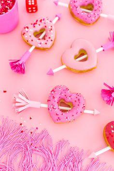 Easy Valentine's Arrow Heart Donuts - cupcake 14 de febrero Valentines Day Food, Valentines Day History, Valentines Day Shirts, Valentines Day Decorations, Valentine Day Crafts, Valentine Ideas, Valentinstag Party, Saint Valentine, Be My Valentine