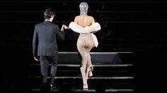 Rihanna asistió a los premios  CFDA de la moda con un impactante vestido de Adam Selman. (AFP