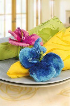 """Hibiskus-Blüten aus Filzwolle als Serviettenringe (Idee mit Anleitung – Klick auf """"Besuchen""""!) -"""
