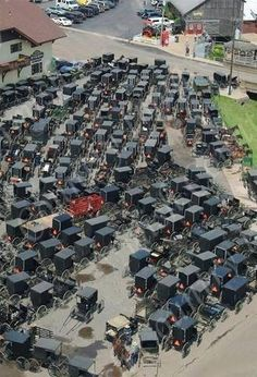 Amish parking - there is no link to say whats going on but this is across from Lehman's store in Ohio - just passed this the other day. so many buggys. Amish Family, Amish Farm, Amish Country, Ontario, Amische Quilts, Ohio, Vie Simple, Holmes County, Amish Culture