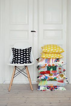 Svenskt tenn - love the yellow pillow Scandinavian Interior, Home Interior, Decorating Your Home, Interior Decorating, Ideas Hogar, Swedish Design, Textiles, Interiores Design, Decoration