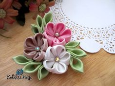 Harumi Brooch Size : 8 cm Colours : perpaduan warna pastel Materials : satin ribbon and beads Brooch Corsage, Felt Brooch, Diy Ribbon, Ribbon Work, Cloth Flowers, Fabric Flowers, Kanzashi Flowers, Brooches Handmade, Latest Jewellery