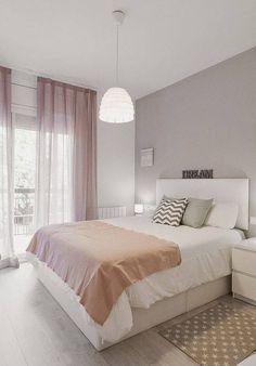 Stěna za postelí by neměla zůstat čistě bílá, ideálně světlejší odstín hnědé, kávové, světle šedé, závěsy v tlumené barvě, né příliš výrazné, aby neomrzely po čase