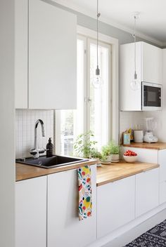 Eleettöman kaunis keittiö sopii talon tyyliin. Kitchen Dining, Kitchen Decor, Kitchen Cabinets, Compact Kitchen, Scandinavian Interior, Kitchen Interior, Home Decor Inspiration, Cool Kitchens, House Plans