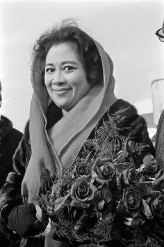 4. Hj. Fatmawati Soekarno  Bung Karno dikelilingi banyak wanita dalam hidupnya. Ada satu nama yang sangat berkesan. Dia adalah Ibu Fatmawati Soekarno. Istri ketiga dan Ibu Negara RI yang terkenal karena menjahit bendera sang saka merah putih.  Ayo99.net