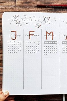 Check out the best bullet journal future log spreads for inspiration! Bullet Journal School, Future Log Bullet Journal, Bullet Journal Mood Tracker, Bullet Journal Notebook, Bullet Journal Aesthetic, Bullet Journal Yearly Overview, Bullet Journal Prompts, Creating A Bullet Journal, Art Journal Pages