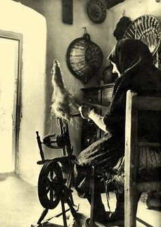 Working on a spinning-wheel Sukoró, Fejér County, Hungary Old Photos, Vintage Photos, Old Photographs, Spinning Yarn, Spinning Wheels, Old School House, Historical Images, Crafts To Do, People Around The World