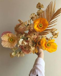 Golden fall light is one of my favorite parts of this time of year and this arrangement by in nails that feeling 💛💛 Budget Wedding Flowers, Simple Wedding Bouquets, Inexpensive Wedding Flowers, Wedding Flower Guide, Simple Wedding Centerpieces, Yellow Wedding Flowers, Fall Bouquets, Wedding Flower Inspiration, Floral Bouquets
