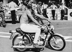 Steve McQueen on set of Le Mans, 1971 - here he is riding a bike not quite befitting the actor who starred in films like The Great Escape Hollywood Photo, Hollywood Glamour, Classic Hollywood, Film Le, The Great Escape, Sean Connery, Steve Mcqueen, Golden Age Of Hollywood, Celebrity Look