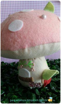 Oi gente!  Olha só que coisa fofa esses cogumelos!  Fiz com a base pesadinha, para servir de peso de porta!  Ainnn!  Eles fazem parte de uma...