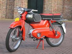 Kreidler Florett, this was my 'bike' in 1969; boosted en fast; first model with a big fuel-tank, At these days as a boy you drove wheter Kreidler, Zundapp or Honda, whether Puch orTomos, depending of the neighbourhood you were live in ....... I didn't like clans, so to be sure I often lend a Puch from a friend of mine.