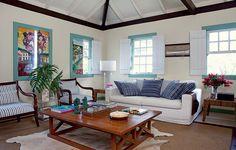 A sala de estar de Wilfredo Gomes tem atração especial. Na falta de paredes vazias para colorir com quadros, as janelas se transformam em obras de arte quando fechadas. O detalhe descontrai a casa de veraneio na lagoa da Conceição, em Florianópolis