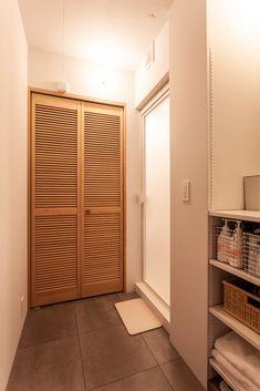 脱衣室の洗濯ロープは使うときだけ引き出すものを採用。スッキリしています。床はブラックに近いグレーのタイル。  #I様邸検見川浜 #脱衣室 #浴室 #タイル #床 #グレー #ブラック #インテリア #EcoDeco #エコデコ #リノベーション #renovation #東京 #福岡 #福岡リノベーション #福岡設計事務所 Room Interior, Tall Cabinet Storage, Divider, House Design, Furniture, Home Decor, Rooms, Bathroom, Bedrooms