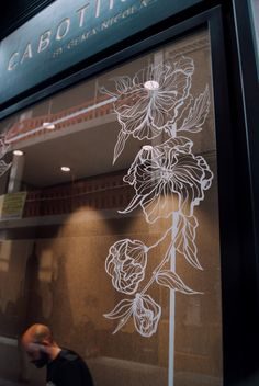 Decoración de escaparates pintados a mano para Cabotine Murcia y Valencia | Hand painted window dressing Cabotine in Valencia and Murcia Window Signage, Retail Signage, Store Window Displays, Boutique Decor, Window Graphics, Deco Floral, Shop Front Design, Window Design, Chalk Art