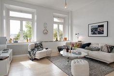 mieszkanie w skandynawskim stylu biała okrągła pufa