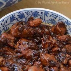 Babi ketjap, mals Indisch varkensvlees in gember-ketjapsaus. Als onderdeel van een uitgebreide rijsttafel of eenvoudiger met rijst en een groentegerecht.