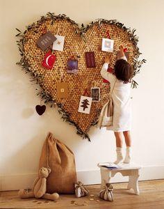 Panneau mural en forme de coeur avec bouchons de liège et feuilles d'olivier