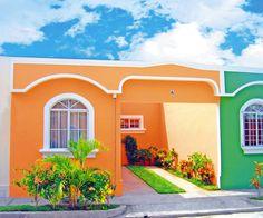 """Casa tipo """"Marsella"""" fachada cursi salpicada de colores y molduras melifluas y afeminadas."""