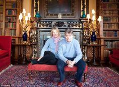 De huidige eigenaren Lord Geordie Herbert en Lady Fiona Carnarvon in de 'Double library' van Highclere kasteel. De bibliotheek wordt veelvuldig als familieverblijf gebruikt. De boekencollectie omvat 5.650 boeken vanaf de 16e eeuw. Een deel van het jaar is het kasteel opengesteld voor publiek.