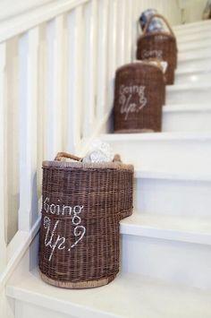 je fais la même chose depuis longtemps !! Un panier en bas, un panier en haut des escaliers.... rien de nouveau donc !!