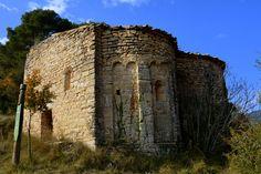 https://flic.kr/p/BkUD3i | Sant Pere de l'Erm, Sant Martí de Tous. | Està situada enmig de camps de conreu. Sembla que va ser construïda a començament del segle XI per vertebrar un nucli de poblament que no va arribar a existir. Està documentada des del 1074. El 1174 es va voler convertir en monestir i tampoc va reeixir el projecte. Això explica que no s'arribés a enllestir mai i es convertís en una petita capella rural. Es va concebre com un temple amb planta de creu llatina, però només…