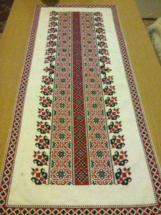terítő Cross Stitch Embroidery, Hand Embroidery, Machine Embroidery, Embroidery Patterns, Cross Stitch Patterns, Palestinian Embroidery, Quilted Table Runners, Quilt Stitching, Cross Stitch Flowers