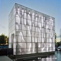 不规则的混凝土元素与规则几何形状的玻璃盒子形成了对比,而玻璃上随机的花纹避免了核心和表皮之间过于强烈的对比