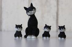poezenbeeldjes Dubout - moeder poes met drie kittens netjes naast elkaar Animals, Animales, Animaux, Animal, Animais