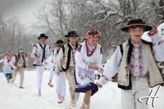 Iarna in Bucovina (foto Doru Halip) Romanian People, Romania Travel, City People, Winter Solstice, Folk, Vibrant, Aur, Culture, Seasons