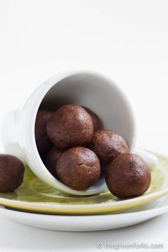 Kid-Friendly Chocolate Energy Balls Recipe on Yummly. Raw Desserts, Healthy Desserts, Dessert Recipes, Healthy Recipes, High Protein Low Carb, Healthy Protein, Protein Snacks, Vegan Treats, Vegan Snacks