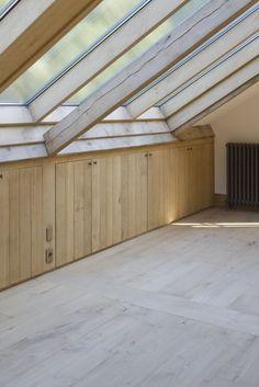 opbergruimte onder het schuine dak Loft Storage, Built In Storage, Loft Design, House Design, Loft Conversion Bedroom, Clever Closet, Light Colored Wood, Slanted Ceiling, Dormer Windows