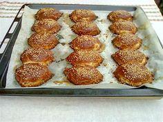 Υλικά για την ζύμη: 500γρ αλεύρι φαρίνα 1 1/2 κεσεδάκια γιαούρτι 1 1/2 φλυτζάνι του τσαγιού ηλιέλαιο Αλάτι και μαύρο πιπέρι τριμμένο σουσάμι για πασπάλισμα Υλικά για την γέμιση τυριού: 400γρ φέτα τριμμένη 3 αυγά (το ένα για επάλλειψη) λίγο δυόσμο τριμμένο μαύρο πιπέρι τριμμένο Για να φτιάξουμε την γέμιση: Τρίβουμε την φέτα σε ένα μπωλ, ρίχνουμε 2 αυγά, μία πρέζα μαύρο πιπέρι, τον δυόσμο και τα ανακατεύουμε. Για να φτιάξουμε την ζύμη, βάζουμε σε ένα μπωλ το γιαο...