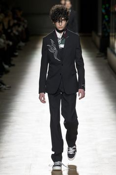 The complete Dior Homme Fall 2018 Menswear fashion show now on Vogue Runway.