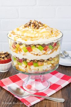 Apple Snickers Cheesecake Trifle - this easy no bake dessert has layers of cake, apples, candy bars, and cheesecake. Great no bake recipe for summer picnics! Trifle Bowl Recipes, Trifle Desserts, Trifle Recipe, Dessert Recipes, Fruit Trifle, Apple Desserts, Dessert Ideas, Snickers Cheesecake, Cheesecake Trifle