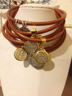 Gargantillas de cuero y medalla de san Benito!