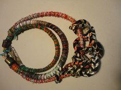 Collar combinando hilos y cintas de seda.