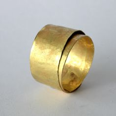 """DISA ALLSOPP -UK -18kt gold wide wrapped ring   http://disaallsopp.blogspot.pt/ http://www.disaallsopp.com/ """"Disa's work is inspired by the ancient jewellery of the Etruscans, Egyptians and Greek and Roman civilizations. She uses traditional techiniques such as forging, reticulation and patination to produce her unique finishes to the 18kt Gold and Sterling Silver metals that are central to her collections"""""""
