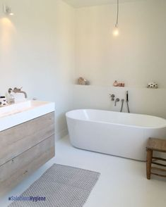 Badezimmer I like the bathtub but not sure if it would be comfortable. Modern sleek bathroom decor Q Bathroom Toilets, Laundry In Bathroom, Master Bathroom, Relaxing Bathroom, Neutral Bathroom, Small Bathroom Bathtub, Earthy Bathroom, Bathtub Shelf, Nature Bathroom