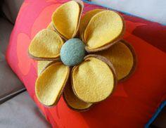 Felt Flower - Craft -DIY - Fleur en feutrine.  Confectionnons une jolie fleur en feutrine pour agrémenter un chapeau, une veste, un sac ou encore un coussin.