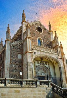 """O Monastério de San Jerónimo el Real, também conhecido como """"Los Jerónimos"""" foi um dos conventos mais importantes de Madrid, regido originalmente pela Ordem de San Jerónimo. Do convento, permanece ainda a Igreja, convertida em Paróquia de San Jerónimo e um claustro de estilo barroco. A bela arquitetura se encontra atrás do Museu do Prado."""