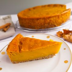 Ein süßer Kürbiskuchen mit einem knusprigen Salted Caramel Boden sowie einem Hauch Orange und Kurkuma – kann ein Dessert noch mehr nach Herbst schreien?