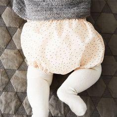 Sewing For Babies Gratis mønster til søde bloomers babybukser i str. Crochet Dragon Pattern, Crochet Dolls Free Patterns, Baby Patterns, Sewing Projects For Kids, Sewing For Kids, Sewing Ideas, Easy Baby Blanket, Knit Baby Sweaters, Handmade Baby Gifts