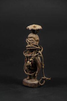 """BOTCHIO Fetish Boccio Bocio spel - FON - Benin  Etnische groep: FON.Land van herkomst: Benin.Geschatte leeftijd: 1970.Belangrijkste materiaal: hout zwart ijzer.Hoogte: 21 x 8 cm.Gewicht: 218 g.soortgelijke kleine fetisjen kunnen worden gevonden in kunstgalerijen zoals Bruno Mignot tegen prijzen rond de 400 euro.Weinig hard hout fetish met een bijzonder knapperig kleine Asen bovenop...De naam van Botchio (Boccio Bocio Botchio) is samengesteld uit twee verschillende woorden: """"BO"""" wat betekent…"""