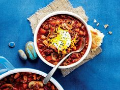This hearty six-bean beef chili packs a nutritious punch and is loaded with fibre—not to mention it's a total kid-pleaser!