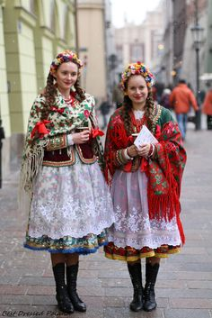 Girls in folk costumes - Three Kings Day Celebration In Cracow Costume Russe, Mode Russe, Costume Ethnique, Costumes Around The World, Folk Clothing, Polish Clothing, Style Ethnique, Ethnic Dress, Folk Costume